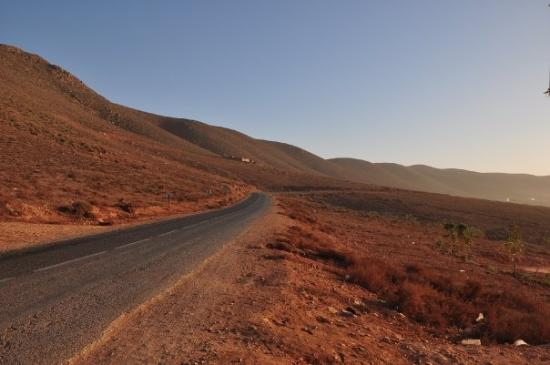 Sidi Ifni, Maroc : Sally lagging behind and I couldn't go alone ---> bus left, ended up hitchhiking back to Ifni
