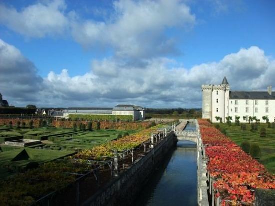 Villandry, Prancis: 這條小運河區隔裝飾園和蔬菜園,連接水園的水池。