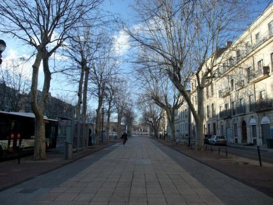 Nimes, France: 車站前的大道,常有年輕人聚集,尤其是大聲說話又沒禮貌的神燈人