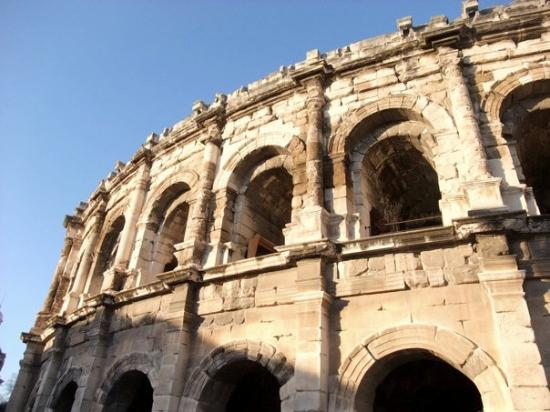 Nimes, France: 夕陽潑灑的光輝讓競技場更有歷史感