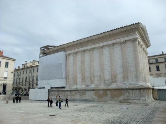 Nimes, France: 當代美術館對面就是Maison Carrée,裡面有競技場英雄事蹟的3D影片可供觀賞