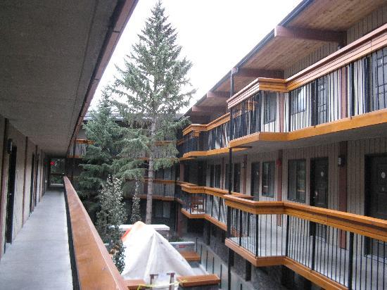 Inner courtyard picture of banff aspen lodge banff for The aspen lodge