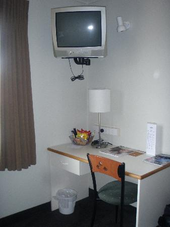 Hamilton Airport Hotel And Conference Centre : TV, desk, snack bar.