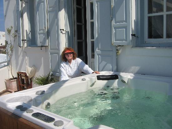 Alexander's Boutique Hotel of Oia: Imperial Suite jacuzzi