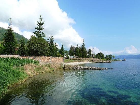Thyesza Guesthouse: Beautiful lake side with clear water