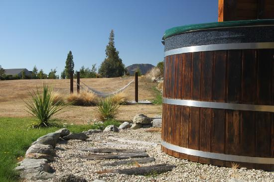 Mountain Range Boutique Lodge: Outdoor Hot Tub and Hammocks