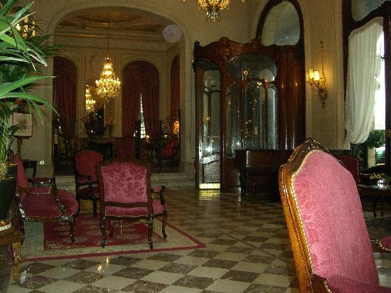 Hôtel Régina Louvre: このアールヌーボーのロビー!ベルエポックの時代そのまま。高級娼婦になった気分っす!