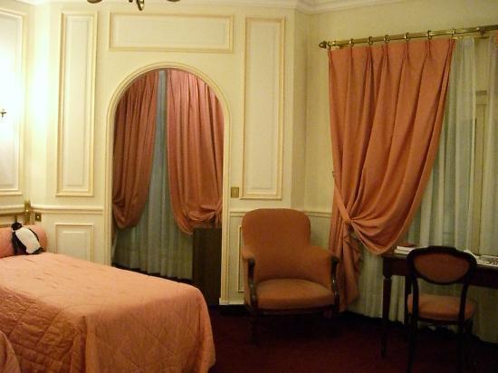 Hôtel Régina Louvre: アールヌーボーの時代は、まだまだ中流以上の女性は、召使の手伝い無しではひとりで着替えもできなかった時代。このホテルの部屋にもタンスと鏡で囲まれた「着替え小部屋」が必ずあります。
