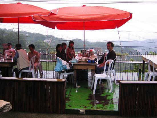 Maokong mountain: 小雨の中パラソルの下でお茶