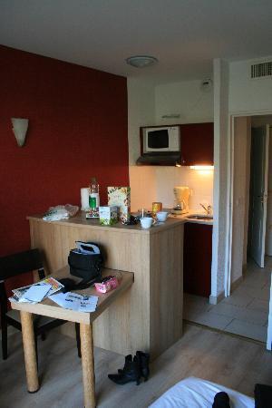 Appart'City Confort Geneve Divonne-les-Bains: Room showing kitchen
