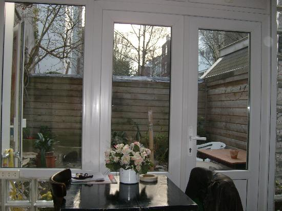 Annette's B&B: view out to courtyard