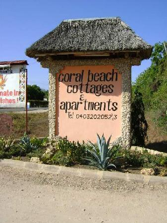 Coral Beach Cottages: Eingang zur Ferienanlage