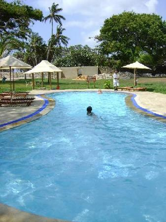 Coral Beach Cottages: Pool