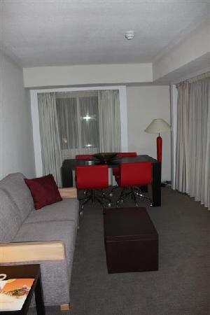Novotel London Tower Bridge: Suite living room