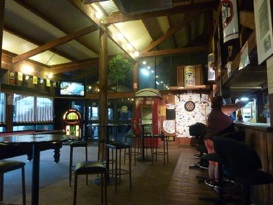 Glendambo Hotel Motel and Caravan Park: Huge bar area