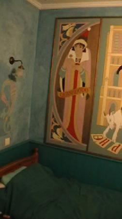 Hotel de Nesle : Quasimodo peering at my friend's twin bed