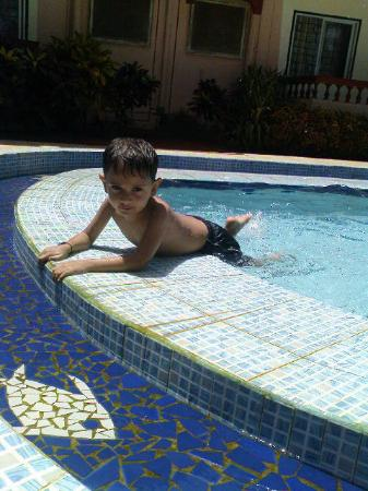 Lua Nova Hotel: Sid splashing around