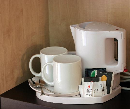 Holiday Inn Express Barcelona-Sant Cugat: Tetera en habitación/Kettle in the room