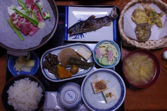 Shirakawa-cho, Japon : 晚餐 除了味增湯&左邊的飛騨牛燒  其他都是凍的  不過我們有辦法....