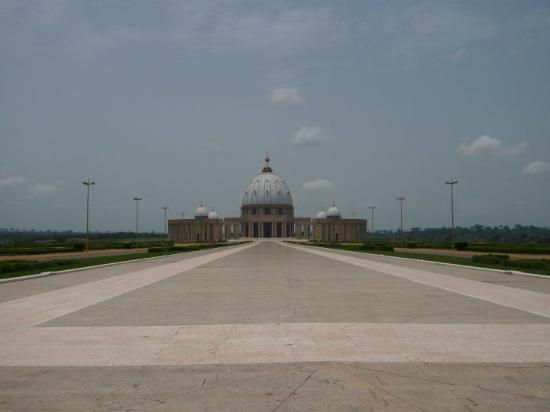 Yamoussoukro, Elfenbenskysten: La copie, en un peu plus grand, de la basilique Saint-Pierre de Rome