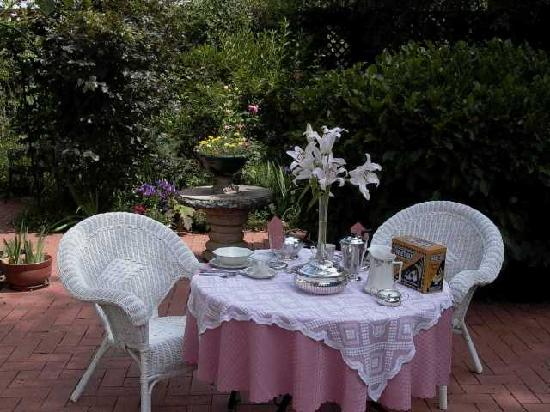 Bathurst, Avustralya: Enjoy breakfast in the garden
