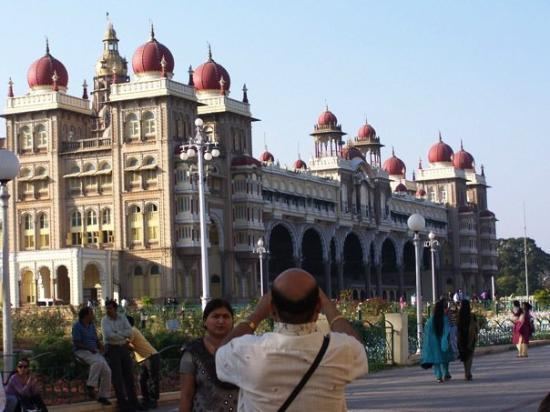 Mysore, Índia: We weren't allowed to take cameras inside, so we had to settle for exterior pictures