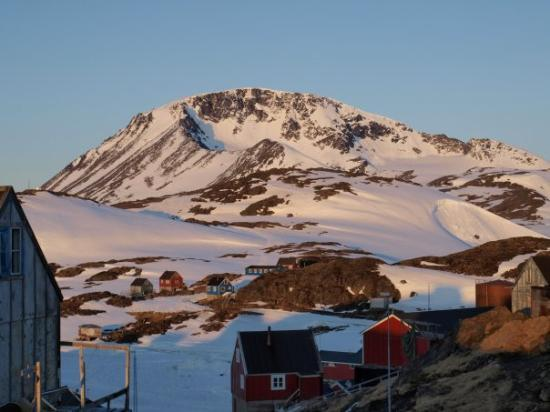 Kulusuk, Grenlandia: Med sådan en aftensol, så er der da håb om at der snart er forår i vente.