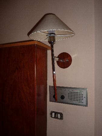 Onix Fira Hotel: Interruttori privi di placchetta con fili elettrici a vista