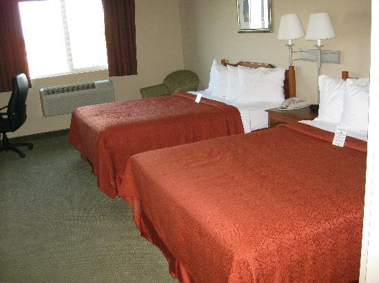 Quality Inn & Suites at Olympic National Park: Two comfortable queen beds with four pillows