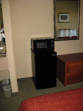 Quality Inn and Suites, Sequim: There was a microwave and mini-fridge in our room