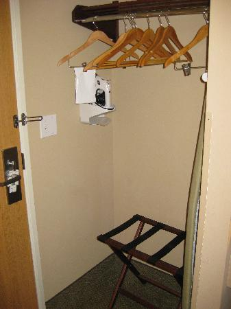 Quality Inn & Suites at Olympic National Park: The room also had an iron/ironing board
