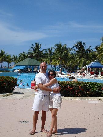 TRYP Cayo Coco: Con mi esposa vista de la pileta