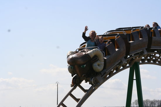 Bretteville Sur Odon, Francia: Our girls managed to ride this coaster 18 times as the park was quiet.