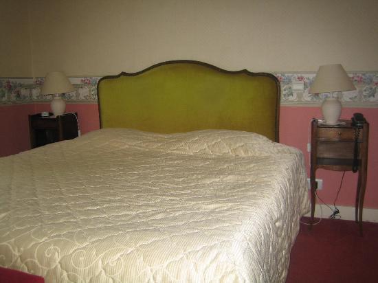 Hotel Bois Joli : toujours le lit en question