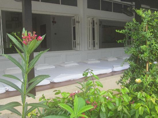 Ao Nang Sea Front Thai Resort : Massage area near beach pool
