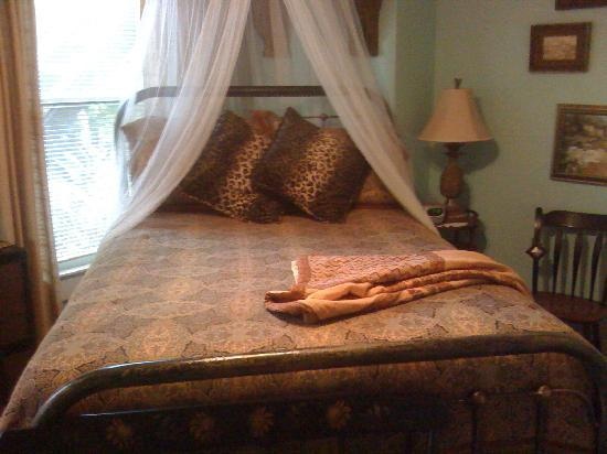 Larelle House Bed & Breakfast: Comfortable Bed in the Hemingway Room
