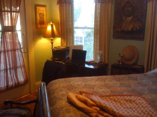 Larelle House Bed & Breakfast: Desk Space in the Hemingway Room