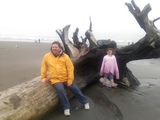‪‪Ocean Shores‬, واشنطن: Tim and Kendra hangin at the beach.4/17/10‬