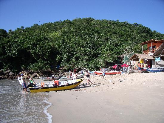Kaissara Hostel Trindade: Agreeing boat hire with local fisherman on Trindade beach