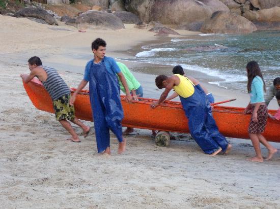 Kaissara Hostel Trindade: Ponta Negra fishermen bringing home their catch