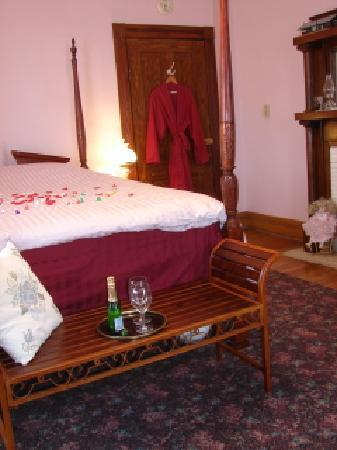 Gillum House Bed & Breakfast : Gillum Room is set for romance.....