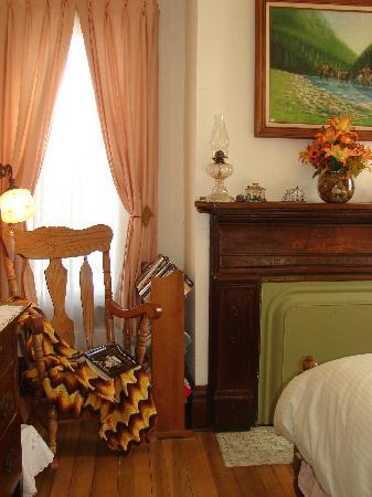Gillum House Bed & Breakfast : Enjoy your book selection in the feather-free Harris Room