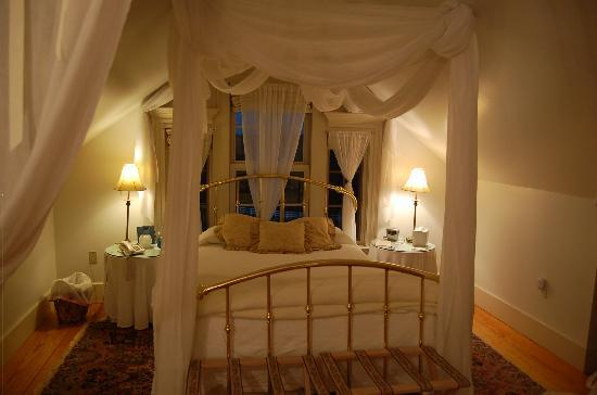 The Red Horse Inn: Our room - we felt like royalty.