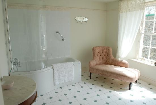 Warmington House: Master Bathroom for Double room