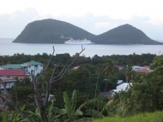 Roseau, Dominica: Look, it the distance!  It a bird, its a plane . . . Nope its a cruise ship and its definitely m