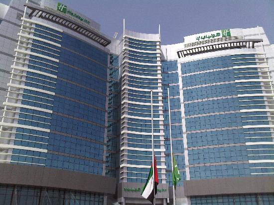 Holiday Inn Abu Dhabi: View of the front of the hotel, gleaming in the UAE sunshine
