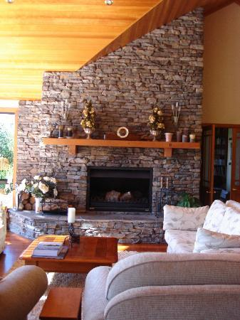 O'Grady Lodge: The lovely stone fireplace in the main lounge