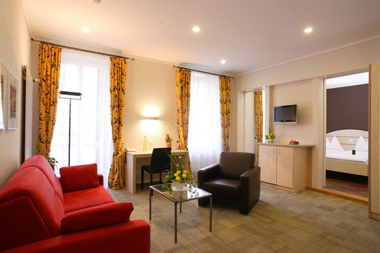 Belvedere Swiss Quality Hotel: Family Junior-Suite (45 m2), separate living & bedroom, 2 bath rooms