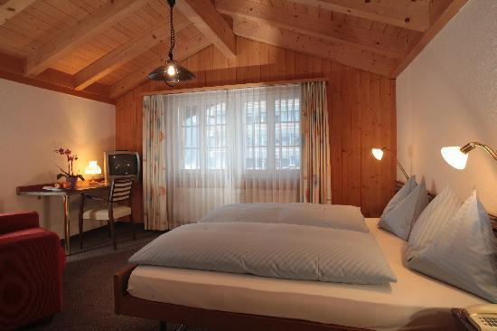 Chalet Hotel Steinbock: Twin room at Hotel Steinbock