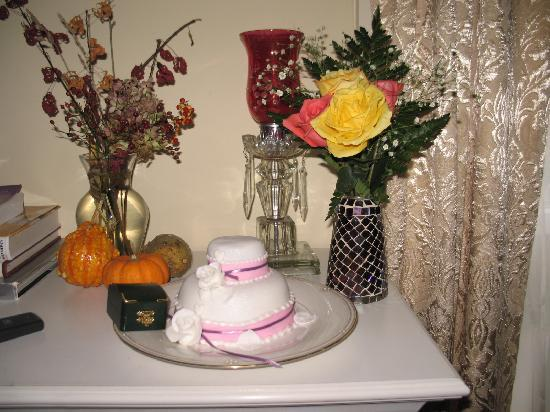 Le Petit Chateau Inn: Chef Michelle's Engagement Cake